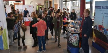 Auch die 17. Buxtehuder Ausbildungsmesse mit rund 50 Ständen in der Halepaghenschule war gut besucht. Foto: Felsch
