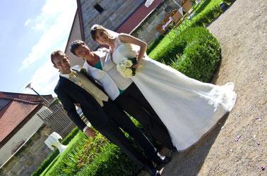 Hochzeitsrednerin mit Brautpaar auf Schloss Atzelsberg, Erlangen