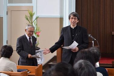 2015年11月22日(日)の礼拝報告時、関田寛雄先生をあらためて紹介。関田先生、ここでフーテンの寅さんを引用しながらみんなをお笑いさせられました(^^♪