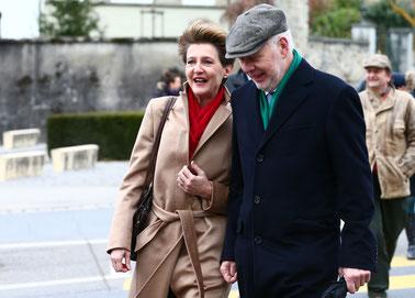 Bundesrätin Simonetta Sommaruga mit Ehemann Lukas Hartmann auf dem Weg zur Wahlfeier vom Dezember 2014.