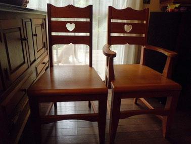 木の食卓椅子。ハートの模様。
