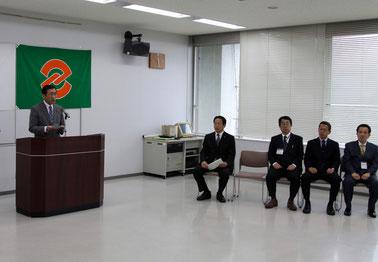 中村市長、横田副市長、坂本副市長、長谷川教育長の横で挨拶