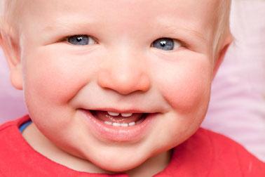 Gesundes und schönes Gebiss nur bei richtiger Pflege der Milchzähne  ( © proDente e.V. )
