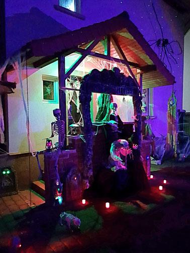 Halloween Dekoration mit Animatronic und animierten Halloween Deko Figuren mit Skeletten, Zombies, Hexen