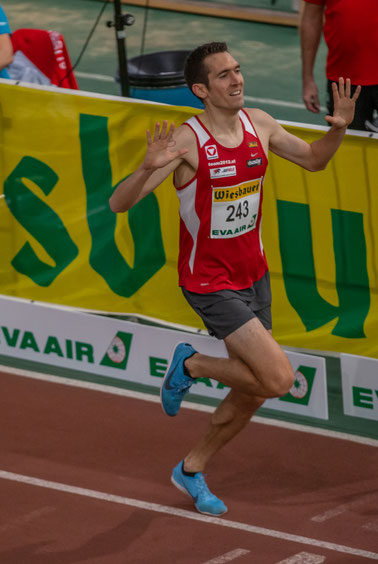 Andreas Vojta beim heutigen Zieleinlauf über 1500m. Die 10 ausgetreckten Finger sind nicht Zufall! (PS: im Hintergrund der Funktionär, der mich rausschmeißen wollte)