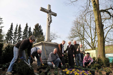 Pfarrer Bernd de Baey (4.v.l.) und der Vorsitzende des Heimatvereins, Ludger Besse (3.v.r.), haben die Stifterin des Korpus, Elisabeth Pennekamp, in ihre Mitte genommen.