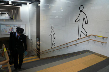 森ノ宮駅階段の壁