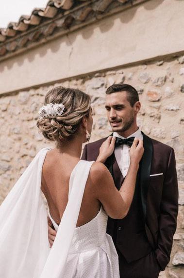 Peigne de mariée en hortensia blanc pur à petites fleurs et gypsophile irisé de couleur champagne nude, création de la cinquième saison.