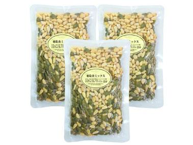 亜鉛食ミックス360g 松の実 ひまわりの種 かぼちゃの種 パンプキンシード 亜鉛は健やかな生活に欠かせない栄養成分。30粒ほどを目安にそのままお召し上がりください。亜鉛含有量(100g中)/松の実/6.9mg、パンプキンシード/7.7mg、ひまわりの種/5.0mg。添加物なしで製造しており、自然な香ばしさでおいしくお召し上がりいただけます。サラダに加えてもおいしくお召し上がりいただけます。味噌汁の具としてもおいしくお召し上がりいただけます。