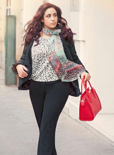 """Paris , schwarze Damenstoffhose in großen Größen , asymmetrischer Kurzarmpullover Größe 46 ,  Leopardenprint , schwarze Jacke in Übergröße ,  """"Chanel-Stil""""  , bunter Schal , rote Handtasche , Plus Size Model"""