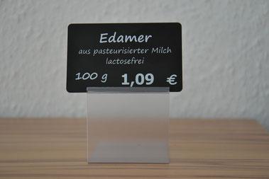 Preisschild schwarz matt, bedruckt mit weißer Transferfolie, Liegehalter transparent mit Erhöhung