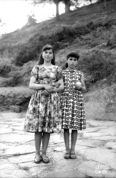 1958-Cruz-Outeiro-2muchachas-Carlos-Diaz-Gallego-asfotosdocarlos.com