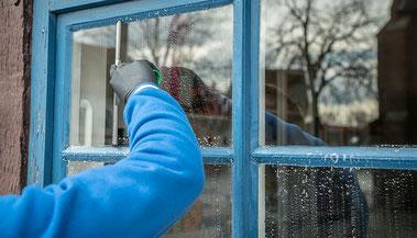 Fensterputzer Glasreinigung Sprossenfenster abziehen