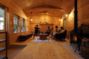 薪ストーブを楽しむ山小屋風な木の家