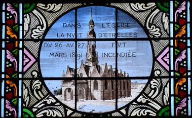 Partie du vitrail nord avec une rosace présentant l'ancienne église incendiée dans la nuit du 26 au 27 mars 1891