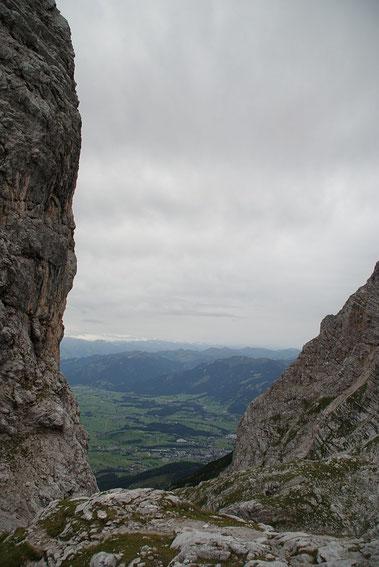 Zwischen Sommerstein und Breitkogel der imposante Blick hinunter ins Tal nach Saalfelden