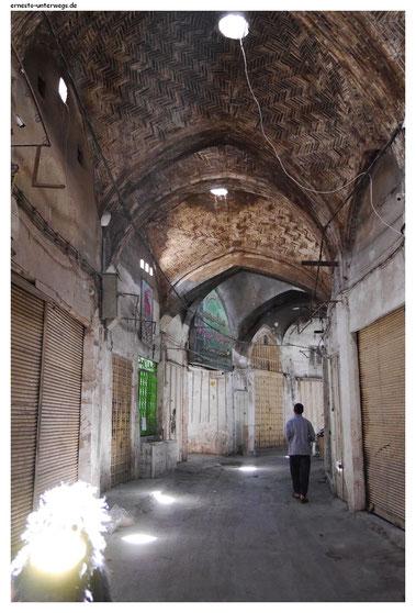 Hier döst der Basar bei der alten Jame-Moschee in Isfahan.