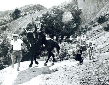 馬を曳いて松倉観音へ参拝していた頃の様子