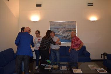 """Los diputados Domingo Coronad e Isabel Mª Soler saludando a los representantes de la Plataforma """"Mula por su Castillo"""""""