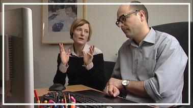 Szene aus dem Trainingsvideo zu Wertschätzung im Business: Chef und Mitarbeiterin suchen gemeinsam eine Problemlösung.