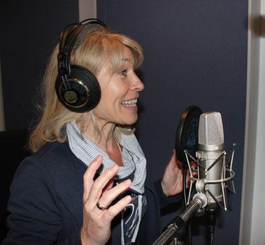 Eva Wintersberger. Sprecherin, Schauspielerin, Kulturvermittlerin. Eva Wintersberger spricht die Hörbücher des Herramhof Verlags.