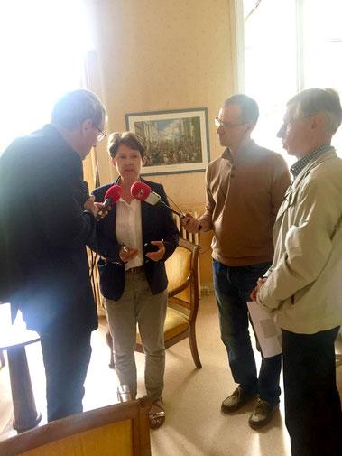 Sur la photo nous voyons Laurence de Valbray et Jean-Nicolas Bart de Cerisé proposer l'événement à la presse (on reconnaît Hubert Moritz de RCF).