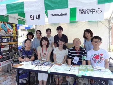 仙台夏祭りの外国人向け受付・案内、中国語・韓国語ガイドのチームとともに。