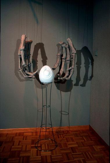 La muerte esperando al último ser humano 2005, mármol, cerámica y acero 305X122X60 cm