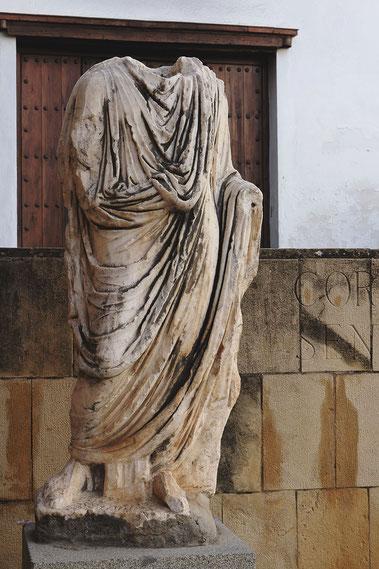 Photographie, Espagne, Andalousie, Cordoue, judería, rue, place, cyprès, maison, blanc, statue, art romain, Mathieu Guillochon