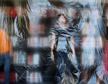 Matérialiser l'invisible, une ode à la vie. Des danseurs nous invitent à observer les interactions des corps avec l'air qui nous entoure.