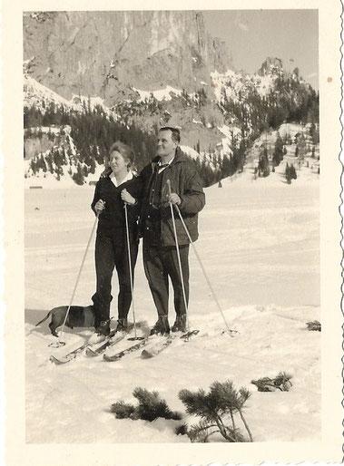 Das Landarztehepaar um 1960 auf der Wurzeralm in Begleitung von Dackel Dr. Schnipp