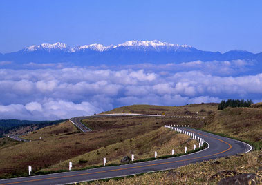 早春のスカイウェイ (霧が峰高原)