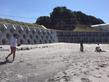 罰ゲームじゃありません(笑) 海に入ったボールを捕る為に、パン1^_^;