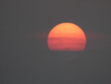 今日も最後は雲ブロック  18:03 水平線には沈まなかった^_^;
