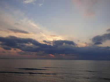 今日の夕日は厚い雲にブロックされました(>_<)