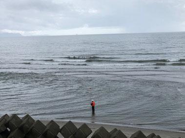 干潮時少し乗れそうでした。手前は調査している人。釣り師ではありません。