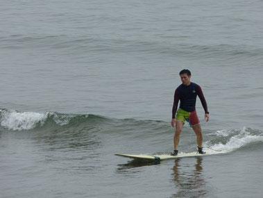 こんな小さい波でも浮力のあるボードだったら遊べることを再認識のASMくん