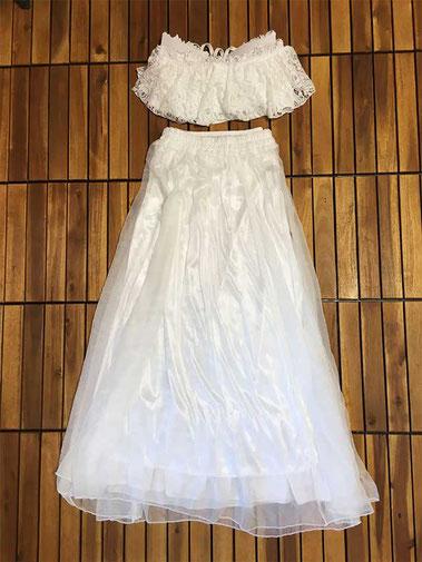 白のビキニの上にレースのベアトップ。チュールスカートの中にペチコートを重ねてお召しいただけます。