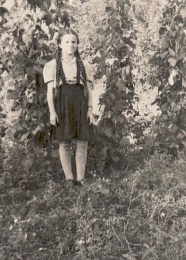 Die Junge Bettina Heinen im Künstlergarten, 1947