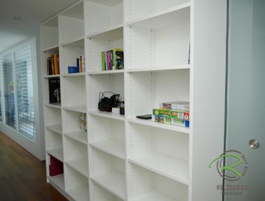 weißes Bücherregal als Raumtrenner zwischen Flur und Ankleide nach Maß, Schiebetüren aus satiniertem Glas