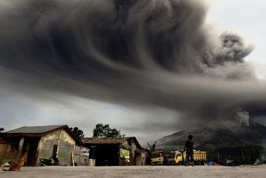 Mount Sinabung spyder aske, set fra byen Sibintun i Karo-distriktet i Indonesien