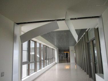天井が落下するなどの被害が発生したOIC(大学提供)