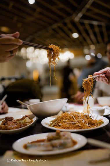 Eine typische Essensszene in einem echten chinesischen Restaurant.