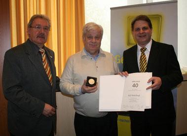 Fraktionschef Hans-Peter Schöneweiß (links) und Parteivorsitzender Ralf Witzel (rechts) überreichen die Auszeichnung an Rolf Middelhaufe.