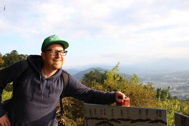 Sonnentrunkener Wanderer auf dem Gipfel des berühmt berüchtigten Hodosan