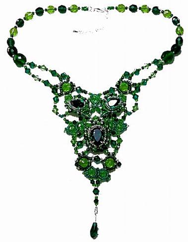 photo d'un collier tissé de perles en cristal Swarovski vert émeraude et péridot de style baroque