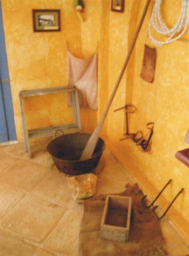 Flores - Hotel Petén - de ketel van de chiclero's.