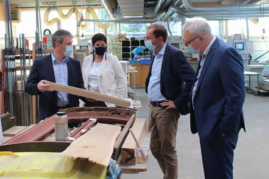 In Großseelheim informierte sich der Fraktionsvorsitzende der Grünen im Hessischen Landtag Mathias Wagner (2.v.r.) zusammen mit Hermann Hubing (r.) bei Ralf Fach (l.) und Svenja Nau (2.v.l.) über die umweltschonende Möbelherstellung.