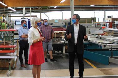 Digitalministerin Prof. Dr. Kristina Sinemus (l.) besuchte in Hattersheim die Herglotz GmbH, wo sie sich bei Volker Herglotz (r.) über Digitalisierung in Tischlerbetrieben informierte.