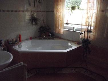 Eine sechseckige Badewanne